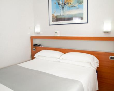 Bedroom with double bed (160 cm) equipped with all comforts. -Free wi-fi.
